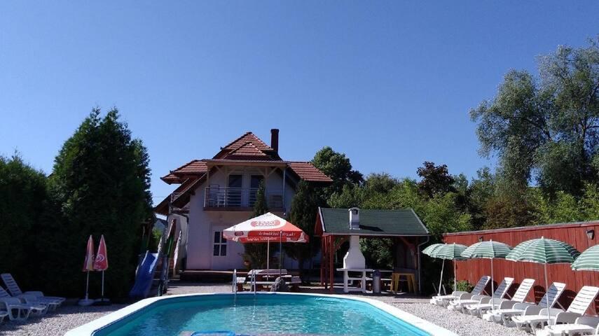 Ferienwohnung mit Pool für 6 Personen, WLAN, Spielplatz, direkt am See