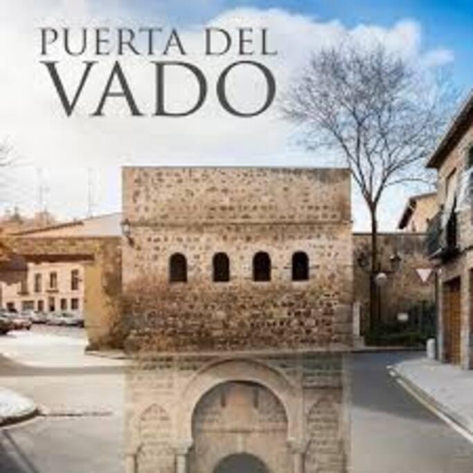 El apartamento está situado en frente de la Puerta del Vado