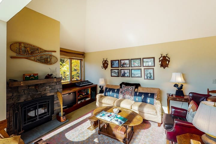 Warm & cozy condo w/ an on-site fishing pond, shared pool, & tennis courts