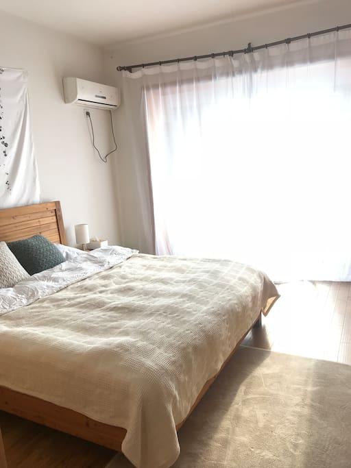 房间阳光充足,带有一个室内阳台,非常舒服