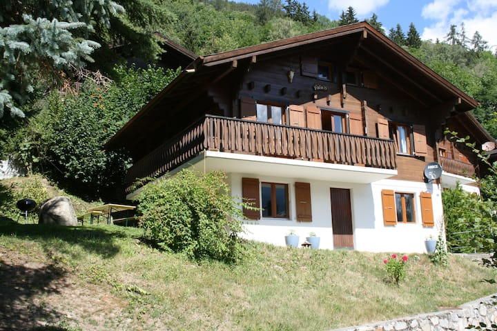Sfeervol Zwitsers Chalet Valais in Fiesch