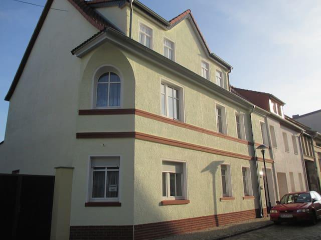 Einzel- Durchgangszimmer - Dessau-Roßlau - Rumah