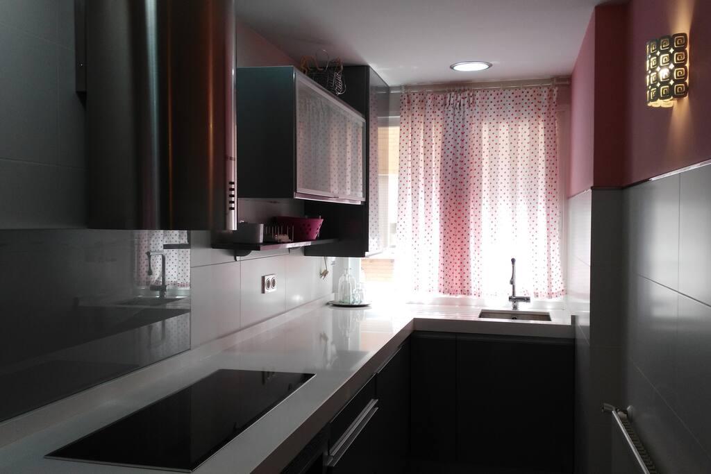 Cocina completa, horno, placa inducción, nevera, lavadora, lavavajillas y microondas