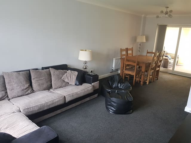 3 Double Beds - Entire House - Parking - Garden