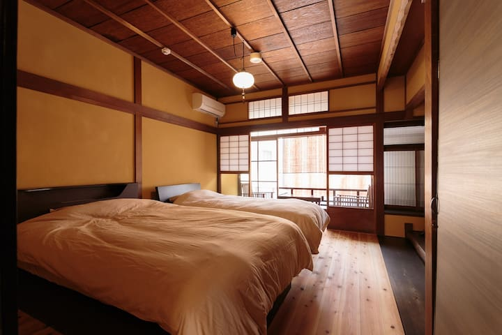 Bedroom with garden view Relax and enjoy traditional Japanese culture while overlooking the garden. You can enjoy tea or coffee while looking out at the garden from the window. bed room (NO,1) Single bed x1 ・Semi-double bed x1  单人床x1・半双人床x1