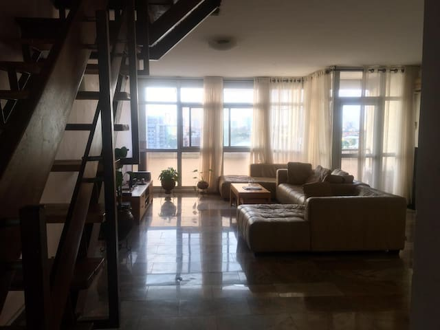 Spacious, quiet Victoria Island flat, amazing view