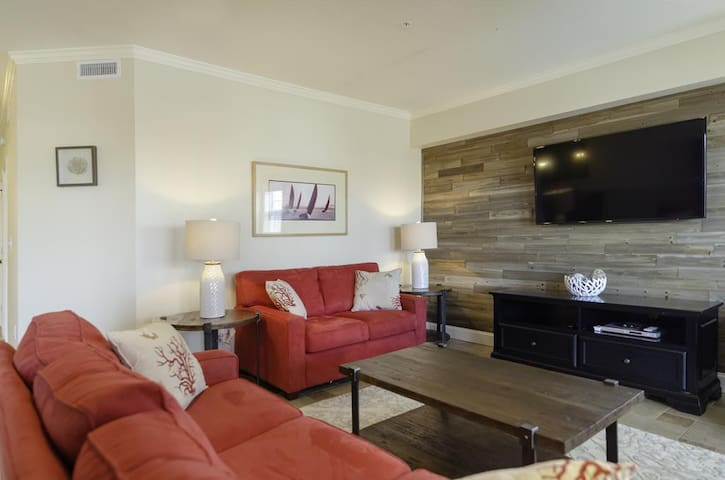 Beautiful 2BR condo with private hot tub, easy beach access First Flight Retreat (FFR101)