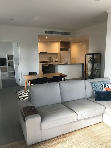 New Bright and Modern Apartment Close to CBD