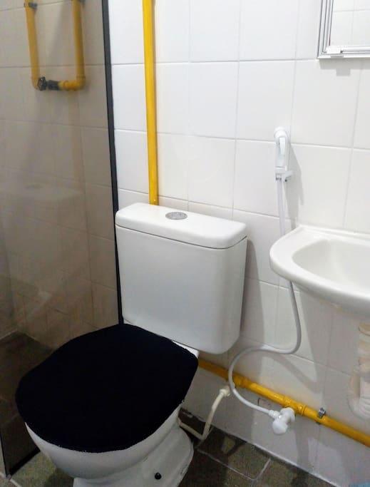 banheiro compartilhado- chuveiro elétrico