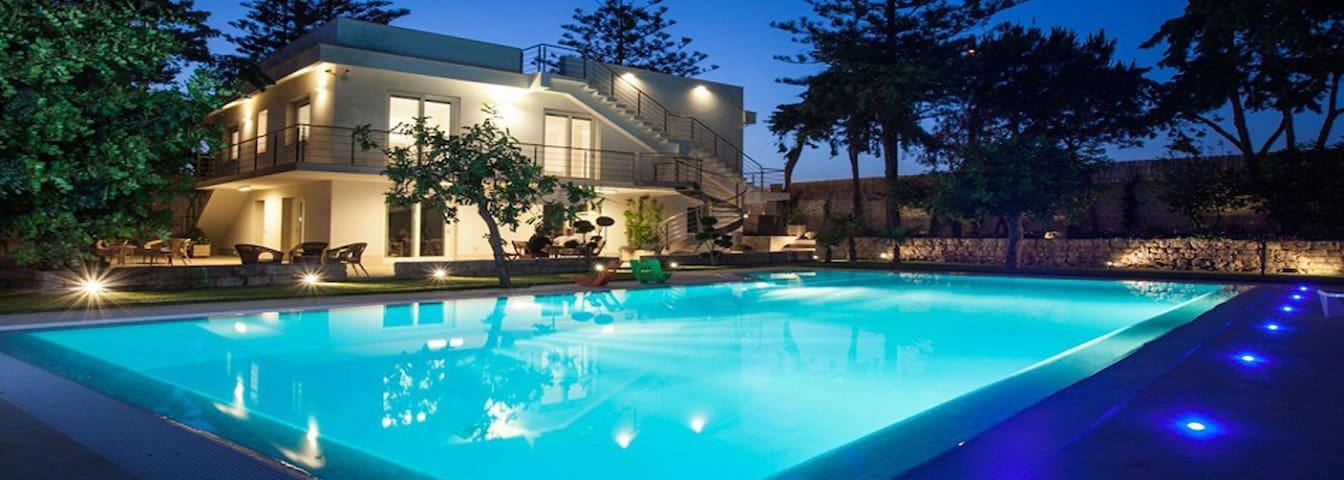 Il Giardino dei Carrubi villa con piscina a mare