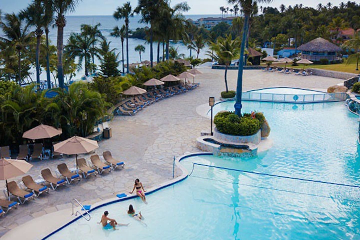 Room for 4 person,one or 2 doy le beds,air conditioned,balcony,daily room service,kínder bed,9 restaurants,3 bares,11 swiming Pools,Discotec,free kids club and more