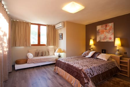 A room in nature at olny 20' from BCN city center - Torrelles de Llobregat - House