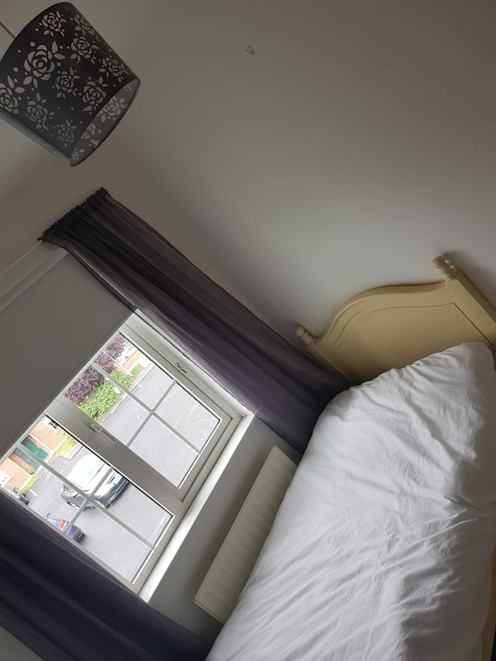 Single room - excellent location in town