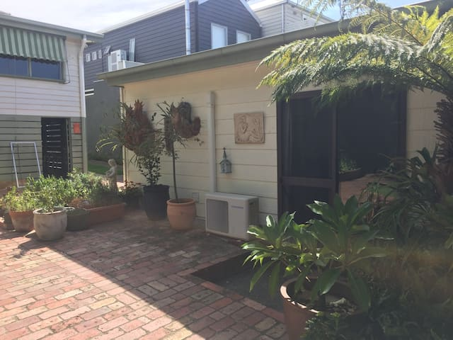 Clean, Homely Studio/Granny Flat. Great Location - Moonee Ponds