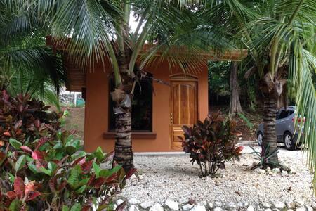Hütte mit Schlafraum und Badezimmer - House