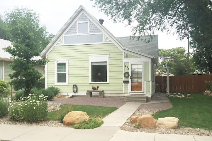 Beautiful Downtown Cottage Getaway - Grand Junction - House