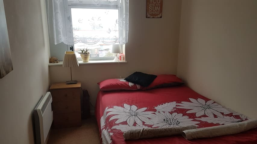 Bedroom with own bathroom. 15min  airport and city
