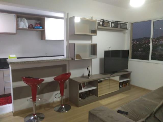 Apartamento central, mobília nova e sob medida