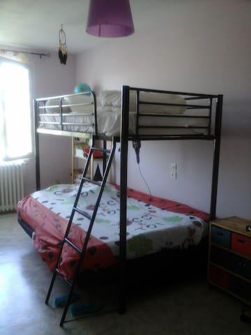 chambre à l'étage lit mezzanine 1 personne et dessous un lit 2 places