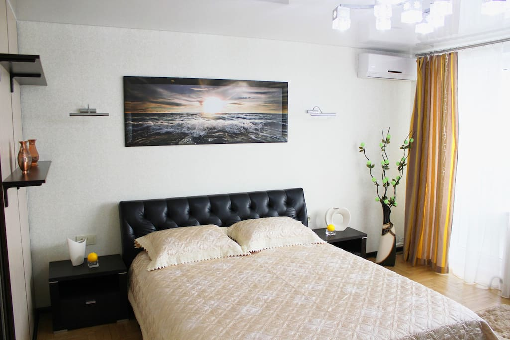 Большая спальня с кондиционером, выходом на балкон