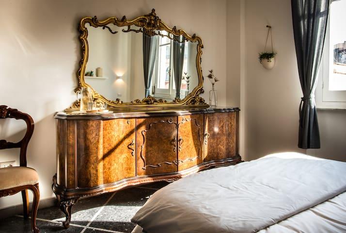 The room Anna, Detail - La stanza Anna, Dettaglio