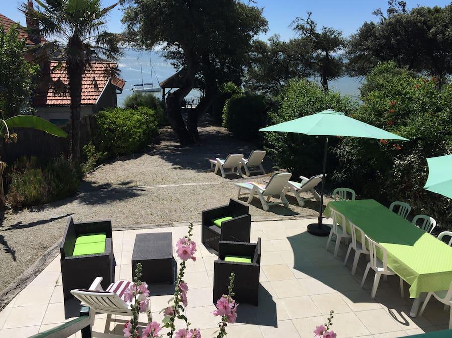Terrasse et jardin sur la mer