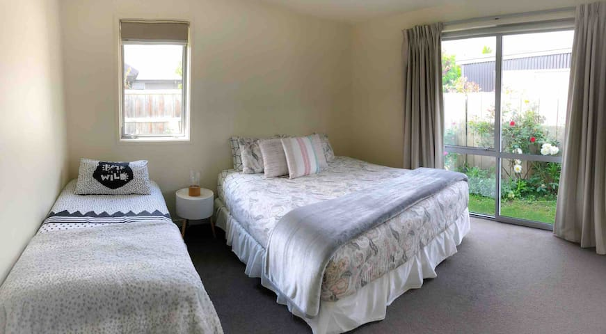 GREAT DEAL * PRIVATE ROOM 2/3 people* Near Airport