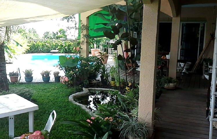 Chambre+salle de bain dans maison avec piscine - Papeete - Hus