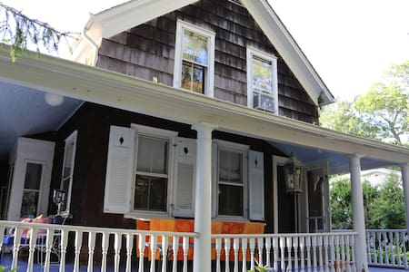 Lovely Sag Harbor Home just a short walk from town - Sag Harbor - House