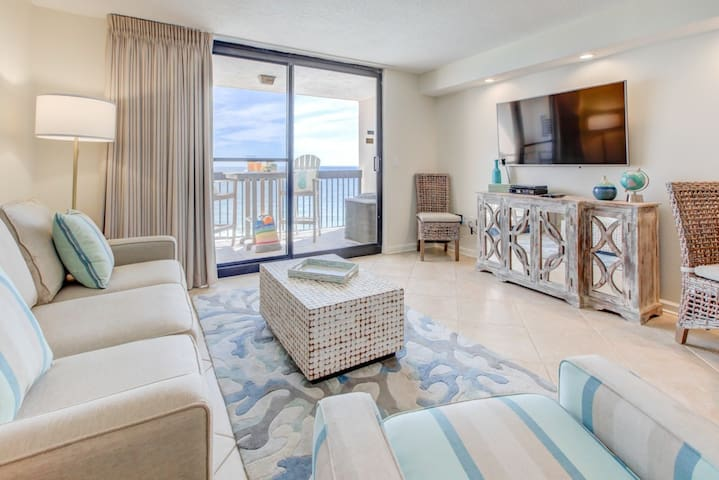 Spacious 18th floor condo w/ panoramic views of Gulf! Steps to the beach!