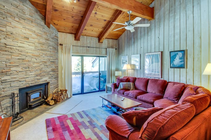 Walking distance to ski slopes & Canyon Lodge w/ shared pool & hot tubs!