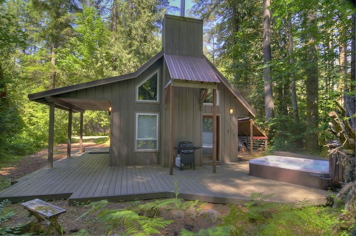 Adorable Chalet w Hot Tub Near River, 15 Min to Stevens! Mountain Charm!