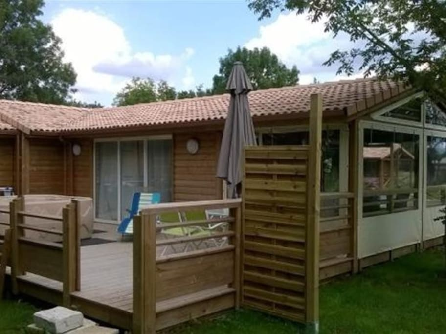 Grande terrasse en bois avec salon de jardin