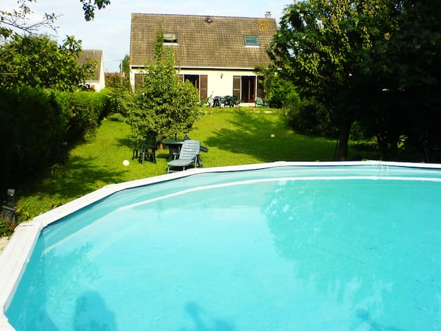 HOUSE:view on Seine-Big Garden+swimming pool (hot)