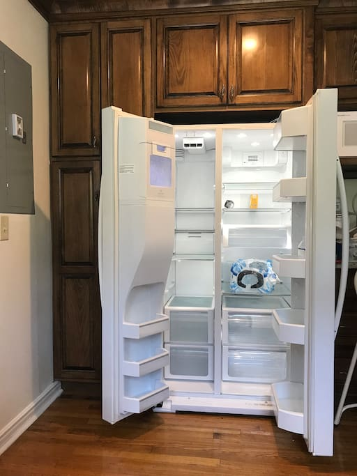Spacious Fridge with Ice Maker / Filtered Water