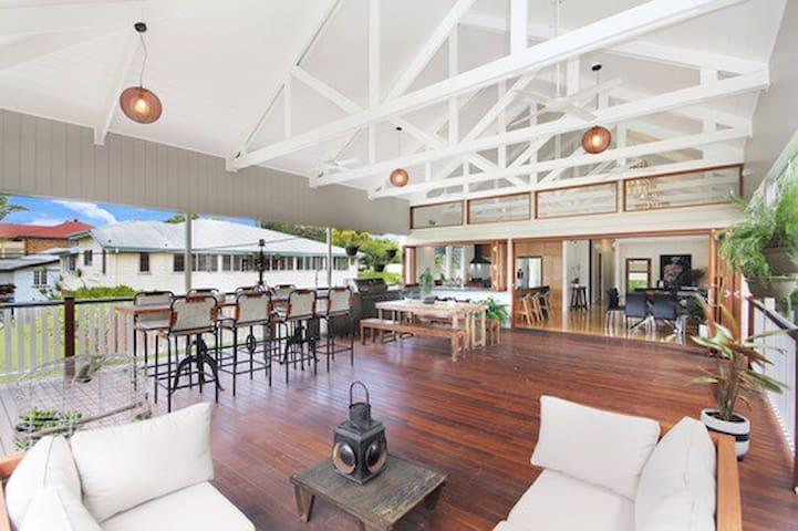 Modern Queenslander - amazing deck - Coorparoo - House