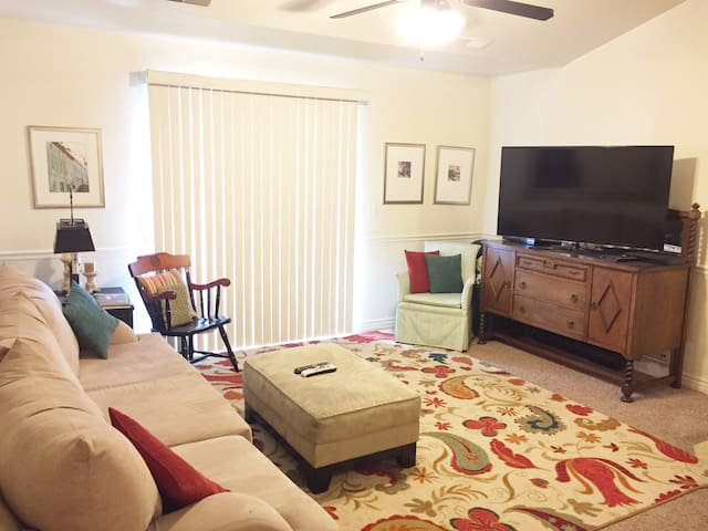 Comfortable, private condo near mountains & I-15
