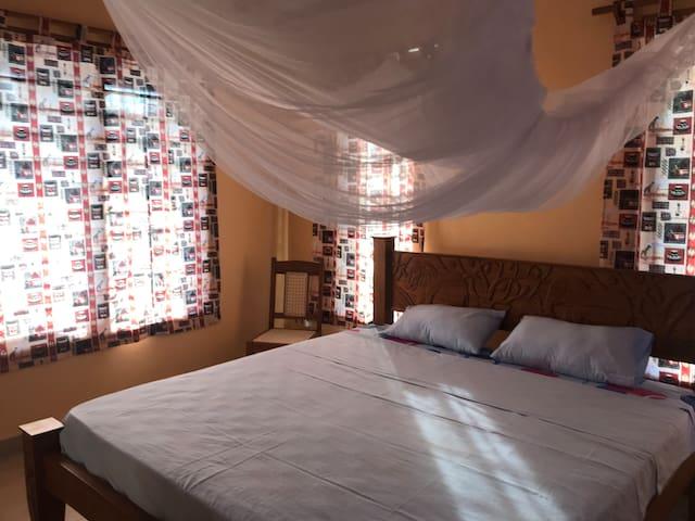 Schlafzimmer 1: alle Betten haben Mosquitonetze, sowie auch alle Fenster.