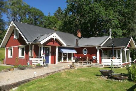 Speciellt hus i närhet till sjöar och skogar