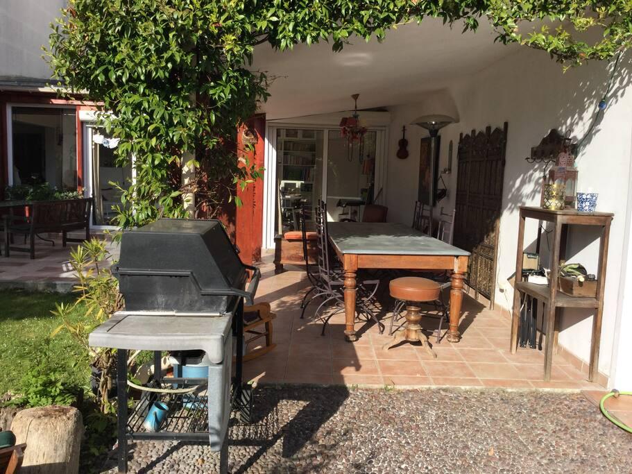 Terrasse couverte avec barbecue à gaz / Terrace with gaz BBQ