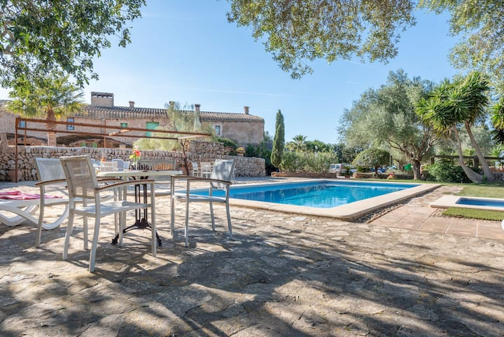 Beautiful Apartment on a Farm with Wi-Fi, Pool & Large Outdoor Area