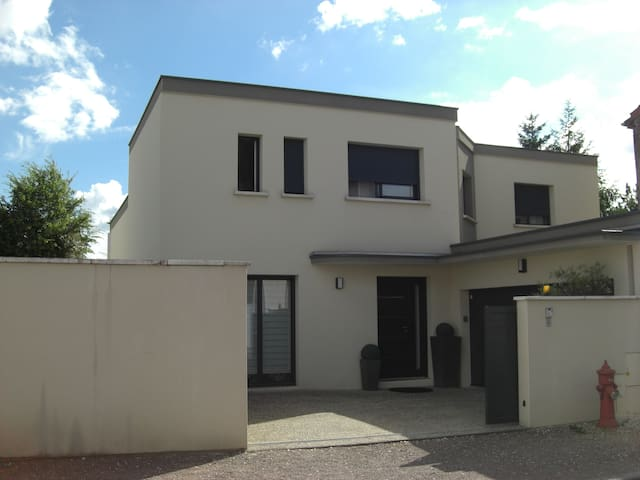 Maison calme proche centre ville - Dijon - House
