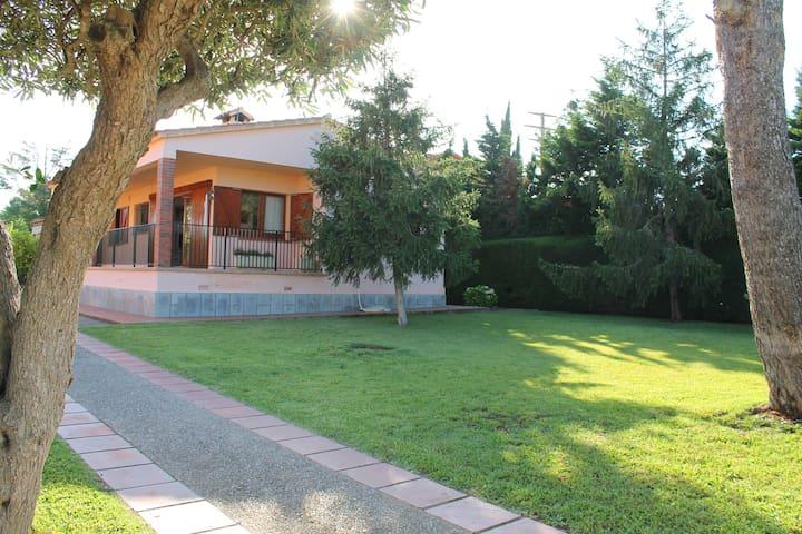 Casa con jardin en Mont Ras.