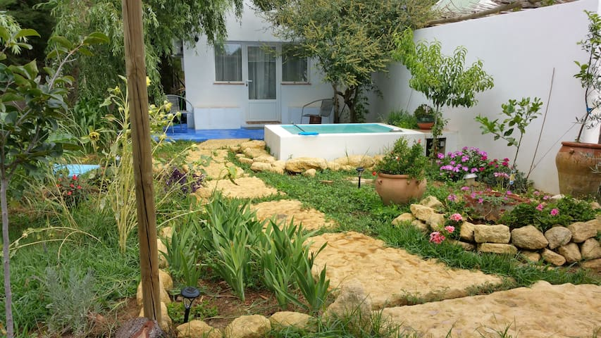 El bungalow del jard n secreto bungalows en alquiler en for Piscina jardin secreto