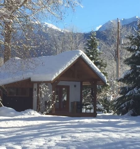 1 bedroom custom cabin on farm No cleaning fee