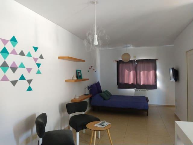 Dormitorio con cama de dos plazas, smart TV y blackout.