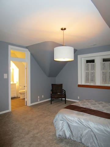 The Stunning Grey Suite Close to UC and OTR!