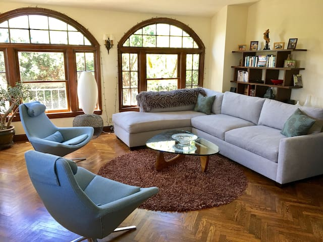 Huge Sunny 2BR Close to Everything!