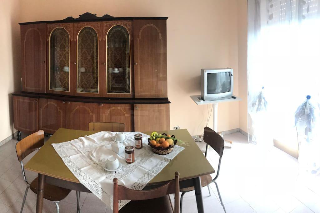 Sala da pranzo con cucina annessa per poter cucinare in casa