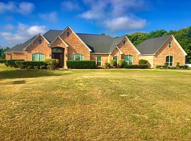 5BR 4BTH Tyler Country-side home with lots of land
